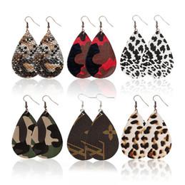 Aretes de cuero para mujer online-Moda PU Pendientes de cuero en forma de lágrima cuelga el gancho del pendiente Eardrop joyería para las mujeres regalo