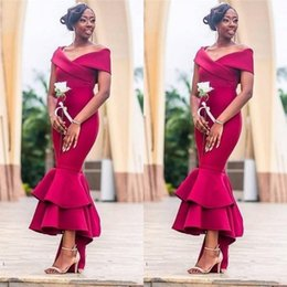 Más el tamaño de fucsia Vestidos de dama de honor Africano fuera del hombro Satén Con gradas Sirena Boda Vestido de invitado Alto Bajo Dama de los vestidos de honor desde fabricantes