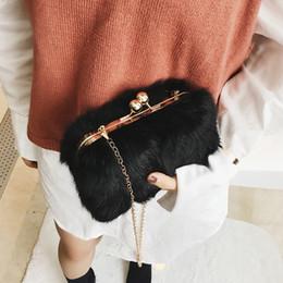 Borse europee di pelliccia online-Moda in stile europeo Nuove borse donna 2019 Inverno qualità imitazione pelliccia donne borsa Mini peluche catena tracolla borsa del telefono