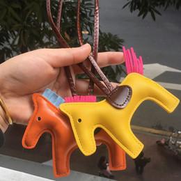 Manos colgantes online-Llavero del diseñador de moda de la PU llavero de cuero de caballo bolsa colgante llavero de caballo hecha a mano cosida a mano borla de cuero