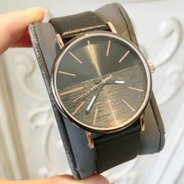 Heiße Einzelteile 2019 Spitzenmarken-Mann-Leder-Uhr-berühmter Entwerfer 5 färbt schwarzes Japan-Bewegungs-Luxusquarzuhr-Großhandelspreis-Tropfenverschiffen von Fabrikanten