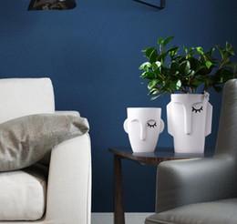 Diseño de jarrón hecho a mano online-Florero de cerámica hecho a mano blanco decoración del hogar florero de cerámica de escritorio hombre cara pintura de la mano diseño creativo