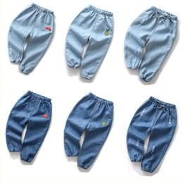 Carino cartone animato coreano del ragazzo online-Moda carino estate del fumetto delle ragazze dei ragazzi dei jeans per bambini Pantaloni jeans strappati bambino coreano denim pantaloni Jeans Bambino abbigliamento abiti bambini