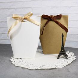 Decorações de fita de papel on-line-Em Branco Saco De Papel Kraft Branco Preto Saco De Doces Favores Do Casamento Caixa De Presente Pacote Sacos de Decoração de Festa de Aniversário com Fita