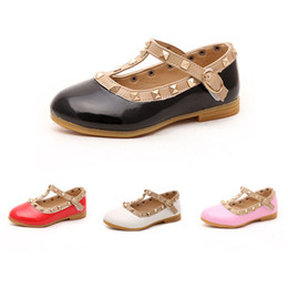Princesa de goma online-Baby Girls Princess Shoes T Strap Tachuelas cuadradas Hebillas Botones Charol Pu Cuero Suela de goma Niños Bailarina Zapatos planos