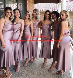 Damas de honor de color morado corto online-La longitud del té Dusky púrpura satinado vestidos de dama de honor 2019 correas espaguetis vestido de fiesta de bodas Sexy Side Split Africano corto vestido Formal barato