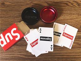 2019 карточные покерные карты Популярный Логотип Модные Игральные Карты Красные Водонепроницаемые Бумажные Игровые Карты Покер Простая Печать Печати Покер Настольные Игры дешево карточные покерные карты
