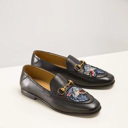 2019 scarpe da uomo in oro nero Scarpe da uomo scarpe di design di lusso per uomo scarpe brogue in pelle nera con filo d'oro ricamato serpente tigre top 3a qualità sconti scarpe da uomo in oro nero