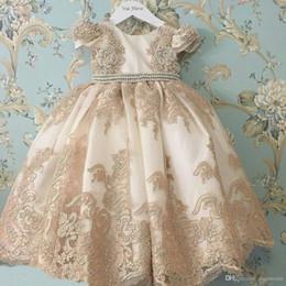 Niñas desfile vestidos de champán online-Champagne Vintage Flower Girl Vestidos Joya Cuello Manga corta Encaje Aplique 2019 Vestido del desfile Vestidos de bebé para la boda Boho