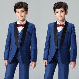2020 ragazzi blu navy smoking Scaldacollo per bambini con scollo a risvolto blu scuro Scollo a cuore per bambini Smoking da un bottone Flower Boys Suits Custom Made (Jacket + Vest + Pants) ragazzi blu navy smoking economici