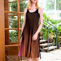 Gestreifte strickkleid frauen online-Gestreifte hit farben strap dress weibliche v-ausschnitt sleeveless gestrickte plissierte kleider frauen casual mode 2019 sommer