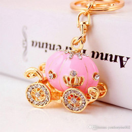 I favoriti del partito chiave online-Cinderella Pumpkin Carriage Keychain Key Chain White and Pink Color Gold Plated Alloy Key Ring Wedding Favors Party Gift