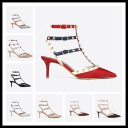 Горячая распродажа-дизайнер острым носом шпильки лакированная кожа заклепки сандалии женские шипованные босоножки туфли валентинки 10 см 6 см туфли на каблуках c143 от