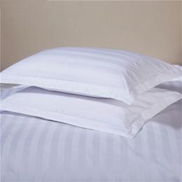 2019 ropa de cama blanca pura Pure White Hotel Funda de almohada 100% algodón satinado Aumento de densidad Funda de almohada a rayas Funda de almohada de un par de camas 50x80cm / 58x88cm Tamaño ropa de cama blanca pura baratos
