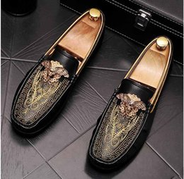 Argentina 2019 diseñador de lujo para hombre bordado de terciopelo británico Knight oxfords zapatos Homecoming hombre zapatos de boda zapatos de graduación hombres negro blanco supplier white graduation shoes Suministro