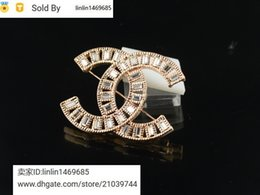 2019 cor do colhedor chaveiro Letter metal preço de fábrica Qualidade da celebridade projeto Letter pérola diamante moda broche fivela broche com caixa