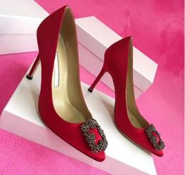 Scarpe da sposa per gli alti talloni della sposa online-2019 di alta qualità Designer Party Scarpe da sposa Sposa Donna Sandali delle signore Moda scarpe sexy vestito scarpe a punta Tacchi alti in pelle Glitter