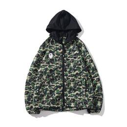 верхняя одежда Скидка Мужская мода Bape Дизайнер Камуфляж печати куртка Мужчины Женщины Zipper Hooded Верхняя одежда Мужские пальто Дизайнерская 2 цвета
