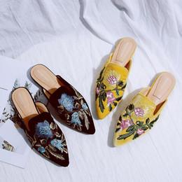 Sandalias y flip flops online-Bordar zapatillas de flores de mujer negro / amarillo zapatos de terciopelo cerca del talón tacones bajos Flipflops señoras marca mulas diapositivas floral sandalias