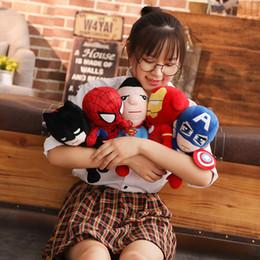 Giocattoli di peluche super eroi online-30 centimetri farcito molle super eroe Iron Man Spiderman Plush Toys The Avengers film Dolls per il cuscino del fumetto dei capretti