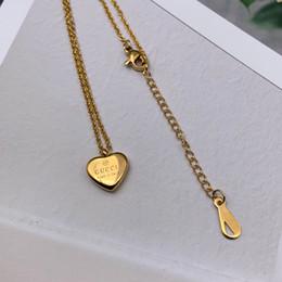 Cuore della collana del pendente di amore del titanio online-Commercio all'ingrosso della fabbrica di alta qualità marchio famoso Acciaio di titanio gioielli da sposa di lusso Donne Fascino cuore amore lettera A B C M collana pendente