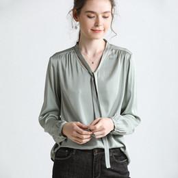 Шелковые блузки онлайн-Оптовая 100% шелк модные женские блузки рубашки шампанское горохово-зеленый с длинными рукавами V шеи с лентой женская одежда бесплатная доставка