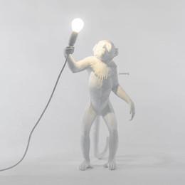 lâmpada pingente de flor branca Desconto Lâmpada Macaco resina Black White Gold Pendant Luz Para Sala Lâmpadas Arte Parlor sala de estudo levou luzes brilho Com E27 Led Bulb