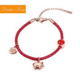 Materiale in pelle rossa online-Braccialetto di cuoio rosso del maiale fortunato Braccialetto di acciaio di titanio di stile Kawaii bello Materiale Braccialetti di modo dei braccialetti di modo di colore dell'oro