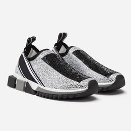 Zapatillas de strass online-Zapatillas de deporte sorrento para mujer con cristales de pedrería Zapatillas Slip-on para hombre Malla elástica Negro Blanco Rojo Brillo Zapatillas de deporte planas Runner US5-12