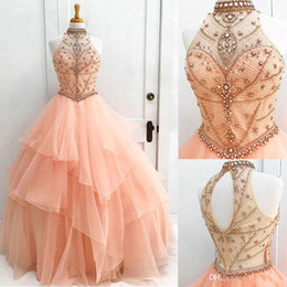Vestido de diamantes de imitación online-Nuevo Blush Ball Gown Vestidos de quinceañera Halter Neck Tulle Vestidos de baile Crystal Organza Rhinestone Beaded Ruffles Backless Sweet 16 Vestidos