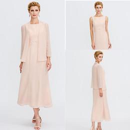 Perle rosa mutter braut kleider online-2020 Pearl Pink Mutter Anzüge Kleider Jewel Neck Tee Länge Chiffon Mutter der Braut Kleid mit Jacke mit Perlen verziert Schulterband faltet