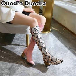 2019 botas de peluche piernas 2019 nuevo invierno mujeres de las botas calientes de la rodilla botas de felpa de alta cremallera estampado de serpiente contraste de color zapatos de la mujer de la pierna más del tamaño de estiramiento botas de peluche piernas baratos