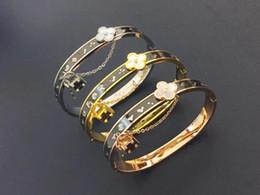 Tipi catene in oro 18k online-Commercio all'ingrosso di quattro foglie tipo conchiglia bianca lettering in oro 18 carati titanio donne con bracciale a catena