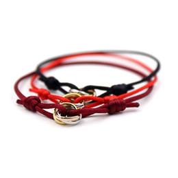 braccialetti di evento all'ingrosso Sconti braccialetti di amante di stringa rosso fahsion per le donne Bracciali con tre cordini neri a tre strati Braccialetto con cordoncino regolabile di colore rosso fortunato