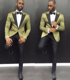 pantalones de satén para hombres Rebajas Trajes elegantes para hombres jóvenes 2019 Summer Notch Lapel Groom Wedding Tuxedos 2 piezas Arm Green Satin Men Party Tuxedo con pantalones negros