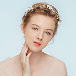 2019 fiori coreani bianchi Hairstyle di cerimonia nuziale nuziale squisito della perla di stile coreano Accessori per capelli di nozze del fiore del piccolo fiore romantico Fatto a mano d'annata romantico sconti fiori coreani bianchi