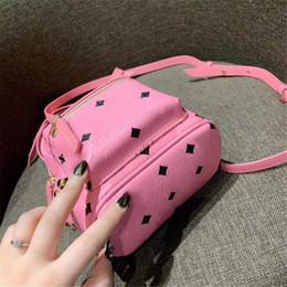 Preços rosa mochila on-line-Designer de luxo Mochila com Rebite Mochila Das Mulheres Mini Padrão Mais Recente Chegada Tamanho 18 cm * 21 cm Rosa Azul Quente Senhoras Sacos Preço de Fábrica Novo