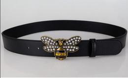 Venta caliente 2018 Moda amarillo abeja Hebilla Hombres Mujeres Cinturones de Diseño Estilo Europeo de Alta Marca de cintura Real fajas de cuero para el regalo desde fabricantes