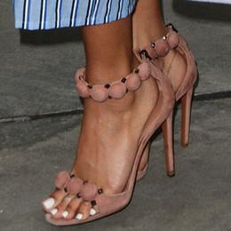 Hot Sale-Moda T-bar Sandálias de Salto Alto das Mulheres Do Dedo Do Pé Aberto Sexy Rihanna Verão Sapatos de Festa Pom Pom Abotoado Correias Studded Sandálias De Camurça de