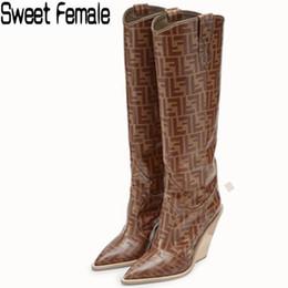 Keil heeled knie hohe stiefel online-Süße Frau 102 neueste Art und Weise 2018 Absatzknie lädt Frauenkeile gerade Aufladungsmarke Printing Martin große Größe 34-43 auf