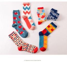 2019 medias al por mayor del arco del cordón de las muchachas Más reciente marca adolescente estilo inglaterra algodón calcetines felices geometría colores colores personalidad de la manera larga pareja calcetines de alta calidad