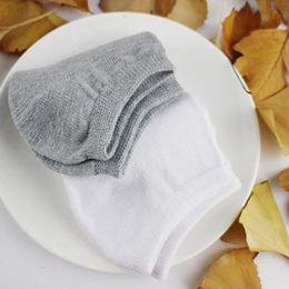 Mode Nouveau Printemps Eté Hommes Gris Sock Hommes Femmes de haute qualité coton Sock Hommes de basket-ball Sock Noir Sous-vêtements pour hommes Taille libre Couleur unie ? partir de fabricateur