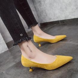 Zapatos de vestir de diseño para mujer de cuero Med Heels New High Quality Classic BlackWhite Pumps para oficina Ladies Kitten Heels Yellow desde fabricantes