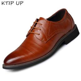 nouveau habiller les hommes Promotion 2019 nouvelle haute qualité en cuir véritable hommes chaussures brogues à lacets Bullock robe d'affaires hommes Oxfords chaussures mâle formelle