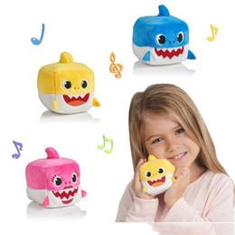 Wholesale 3 colori cm inch Baby squalo con musica Cute Animal Peluche New Baby Shark Dolls cubo canto canzone inglese per bambini ragazza K301