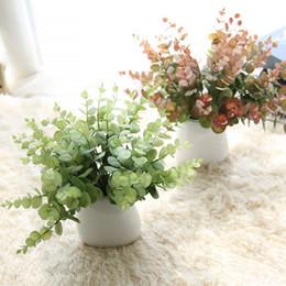 Pequenas decorações plásticas de árvore de natal on-line-Galho de árvore de eucalipto de plástico artificial para decoração de casamento de Natal arranjo de flores pequenas folhas planta falso folhagem