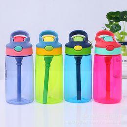 Bicchiere di plastica d'acqua online-15 oz bambini bottiglia d'acqua Autospout 15 oz bambini in plastica Bere bottiglie studenti maniglia Tumbler con coperchi di paglia