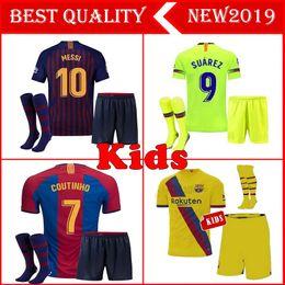 Pantalones cortos de camiseta de fútbol de las niñas online-2018 2019 MESSI Kids kit Soccer Jersey RAKITIC SUAREZ PIQUE Local Visitante Traje de niño Camisetas de fútbol A.INIESTA RAFINHA Kits para niñas Jerseys cortos