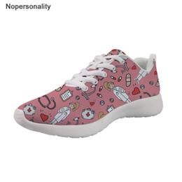 Sapatos de enfermeira feminina on-line-Enfermeira Nopersonality Dos Desenhos Animados Impressão Sneakers Mulheres Respirável Malha Moda Feminina Flats Sapatos Leve Estudante Sapatos Casuais