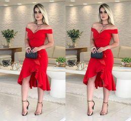 colar de vestido de cocktail marfim Desconto Sexy Red High Low Cocktail Party Vestidos Baratos 2019 Fora Do Ombro Plissado Plissado Sem Encosto Curto Prom Vestido Evening Gowns Vestido Da Dama De Honra